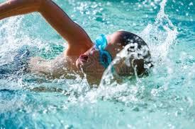 Enfant nageur crawl