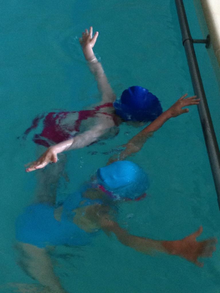 On apprend à mettre la tête sous l'eau sans avoir peur